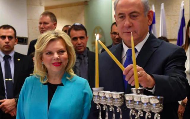 Benjamin Netanyahu et son épouse Sara allument la première bougie de Hanoukka, le 12 décembre 2017 (Crédit : חיים צח, לע״מ)