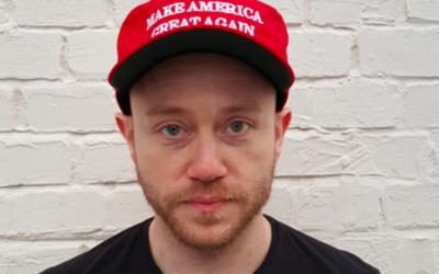 Andrew Anglin, qui dirige le site Internet néo-nazi The Daily Stormer, portant un chapeau pro-Donald Trump après avoir approuvé le leader républicain (Crédit : Wikipedia / BFG101 / CC BY SA-4.0)