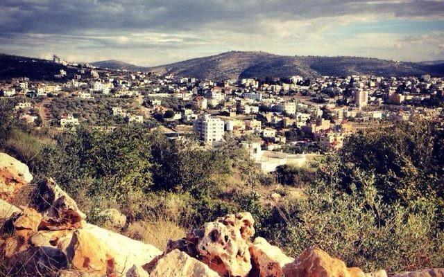 Le village palestinien de Salfit en Cisjordanie (Crédit : CC BY-SA Anan.jalal, Wikimedia Commons)