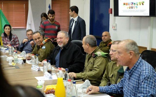 Le ministre de la Défense Avigdor Liberman rencontre des responsables de l'armées et chefs des localités de la région de Gaza, pour parler de la situation à Gaza dans les locaux de la Division de Gaza,le 19 décembre 2017. (Crédit : Judah Ari Gross/Times of Israel)