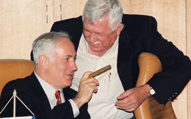 Benjamin Netanyahu vu avec un cigare, à Jérusalem, le 2 juillet 1997. (Crédit : Flash90)