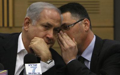 Benjamin Netanyahu, leader du Likud, s'entretient avec Gideon Saar lors de la réunion du parti à la Knesset le 2 mars 2009 (Crédit : Miriam Alster / FLASH90)