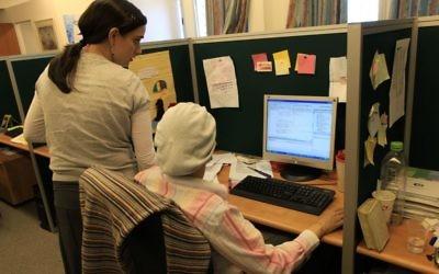 Photo d'illustration : Des femmes ultra-orthodoxes travaillent dans l'entreprise de technologie du Malam Group IT dans l'implantation de Beitar Illit, le 19 août 2009 (Crédit : Nati Shohat/Flash90/File)