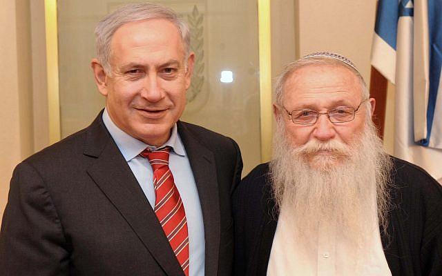 Le Premier ministre Benjamin Netanyahu et le rabbin Haim Druckman lors d'une rencontre dans le bureau du Premier ministre à Jérusalem, le 8 février 2012 (Avi Ohayon/GPO/Flash90)