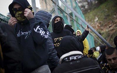 Des fans du Beitar Jerusalem protestent contre la décision de transférer de joueurs tchétchènes musulmans, Zaur Sadayev et Gabriel Kadiev, le 1 février, 2013. (Crédit : Yonatan Sindel/Flash90)