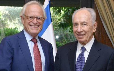 Le président Shimon Peres rencontre l'envoyé spécial américain pour les négociations israélo-palestiniennes et ancien ambassadeur en Israël Martin Indyk à Jérusalem, le 11 août 2013 (Crédit :  Mark Neyman/GPO/FLASH90)