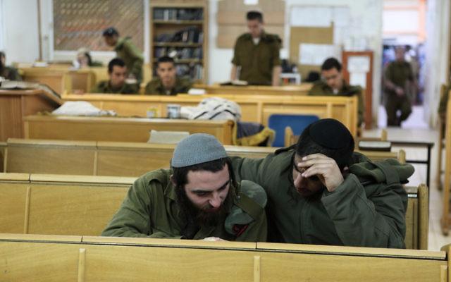 Archives. Des soldats israéliens de la brigade Nahal Haredi étudient à la base militaire Peles (Crédit : Yaakov Naumi/Flash90)