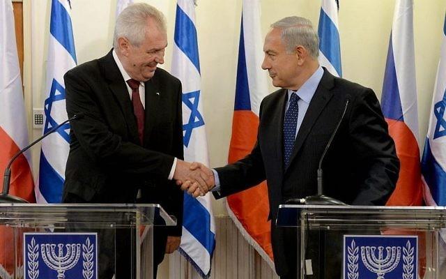 Le Premier ministre Benjamin Netanyahu, à droite, serre la main du président tchèque Milos Zeman à la résidence du Premier ministre à Jérusalem, le 7 octobre 2013 (Crédit :  Kobi Gideon/GPO/Flash90)