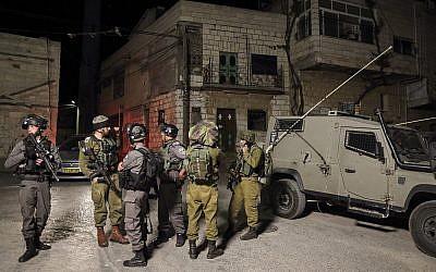 Des milliers d'hommes juifs ultra-orthodoxes sont entrés dans le village palestinien de Kifl Haris, en Cisjordanie, accompagnés de soldats israéliens, pour prier sur les tombes de Yehoshua Ben Nun et Kaleb Ben Yefune, le 3 mai 2016. (Crédit : Yaakov Naumi / Flash90)
