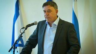 Le ministre de l'Environnement, Avi Gabbay, annonce sa démission, le 27 mai 2016 (Crédit : FLASH90)