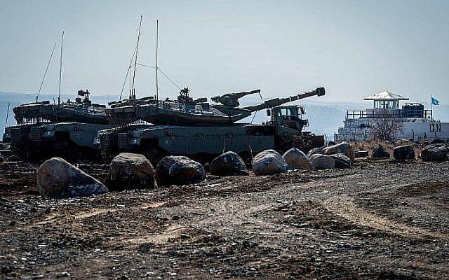 Des soldats israéliens patrouillent sur la frontière israélo-syrienne sur le plateau du Golan (Crédit : Basel Awidat/Flash90)