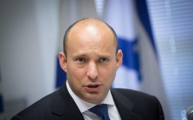 Le ministre de l'Education et chef du parti HaBayit HaYehudi Naftali Bennett lors d'une réunion hebdomadaire de sa faction à la Knesset, le 15 janvier 2017 (Crédit :  Miriam Alster/Flash90)