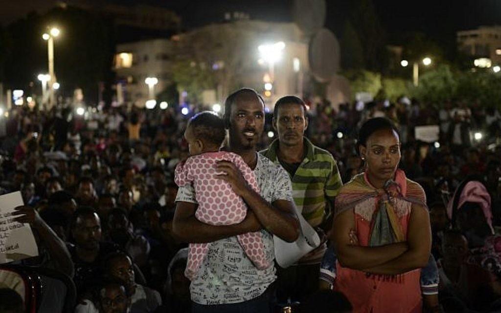 """Des migrants africains participent à une manifestation contre la """"loi du dépôt"""", qui exige d'eux de déposer 20% de leur salaire sur un fond accessible uniquement après qu'ils ont quitté le pays, à Tel Aviv, le 10 juin 2017 (Crédit : Tomer Neuberg/Flash90)"""