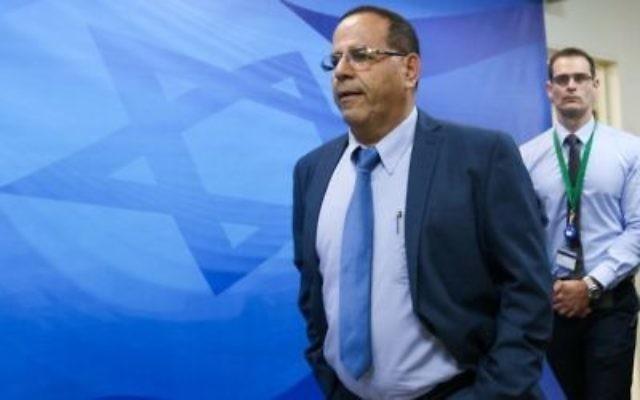 Le ministre des Communications, Ayoub Kara, arrive à la réunion hebdomadaire du cabinet du Premier ministre à Jérusalem le 11 juin 2017.