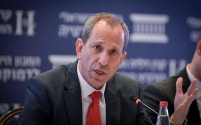 Le chef de l'Autorité des titres israélienne Shmuel Hauser lors d'une conférence à Jérusalem le 19 juin 2017 (Crédit : Yossi Zeliger/Flash90)