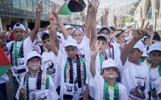 Des enfants palestiniens participent à un rassemblement pour la mosquée Al-Aqsa et pour le président de l'Autorité palestinienne Mahmoud Abbas dans la ville de Naplouse en Cisjordanie, le 1er août 2017 (Crédit : Nasser Ishtayeh / Flash90)