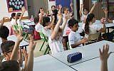 Illustration: Les élèves de CP sont assis dans une salle de classe lors de leur premier jour d'école dans une école. (Crédit : Hadas Parush / Flash90)