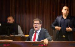 Le parlementaire du Likud Oren Hazan réagissant lors d'une session plénière à la Knesset, le 27 novembre 2017 (Crédit : Hadas Parush/Flash90)