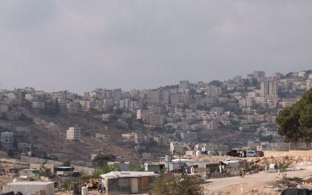 Une vue de la ville palestinienne d'Eizariya, le 27 novembre 2017 (Crédit : Yaniv Nadav/Flash90)
