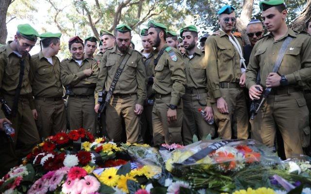 Des centaines de personnes assistent à l'enterrement du soldat Ron Kokia, 19 ans, au cimetière miliaire de Kiryat Shaul, à Tel Aviv, le 3 décembre 2017. (Crédit : Miriam Alster/Flash90)