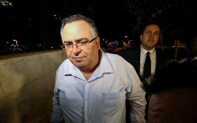 David Bitan, député et chef de la coalition, le 4 décembre 2017, après avoir été interrogé par la police dans une affaire de corruption. (Crédit : Roy Alima/Flash90)