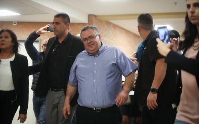 Le député et chef de la coalition du parti du Likud David Bitan, au centre, lors de son arrivée à la Knesset à Jérusalem, le 4 décembre 2017 (Crédit : Flash90)