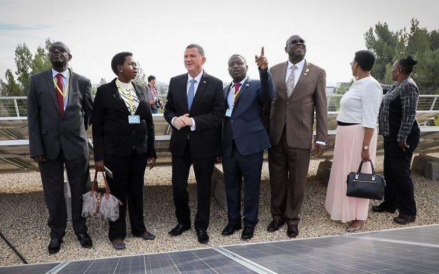 Le président de la Knesset, Yuli Edelstein (3g) avec sept parlementaires de pays africains lors d'une visite des panneaux solaires installés sur le toit de la Knesset à Jérusalem, le 5 décembre 2017. (Crédit : Issac Harari / Flash90)