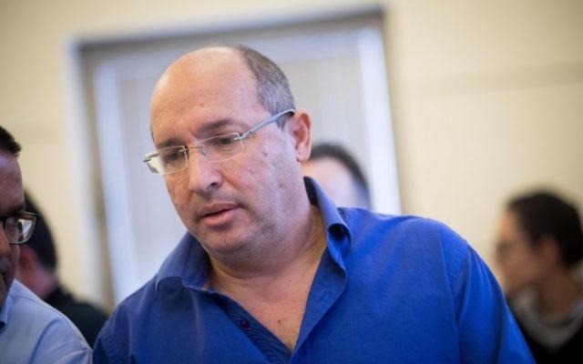 Le chef de la Histadrut Avi Nissenkorn à la cour nationale du travail à Jérusalem, le 5 décembre 2017 (Crédit : Yonatan Sindel/Flash90)