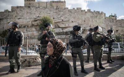 La police israélienne monte la garde pendant une manifestation des Palestiniens dans la Vieille Ville de Jérusalem, porte de Damas, après l'annonce faite par le président Donald Trump de la reconnaissance de Jérusalem comme capitale d'Israël, le 7 décembre 2017 (Crédit :Hadas Parush/Flash90)
