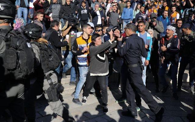 Les forces de sécurité et des manifestants palestiniens lors d'une manifestation à la porte de Damas dans la Vieille Ville de Jérusalem, le 8 décembre 2017 (Crédit : Hadas Parush / Flash90)