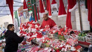 Des arabes chrétiens vendent des chapeaux et des poupées de père Noël à Nazareth avant Noël le 9 décembre 2017 (Crédit : Nati Shohat/Flash90)