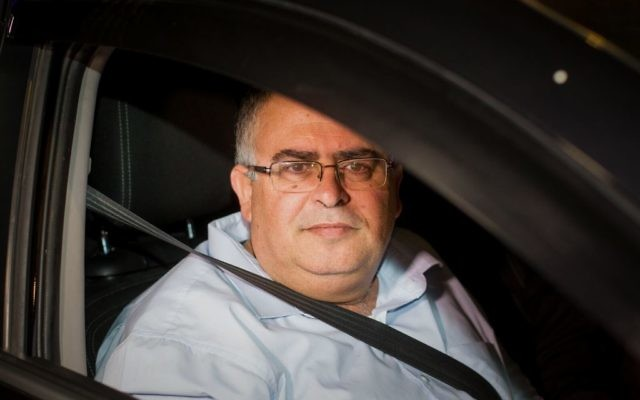 Le chef de la coalition et député du parti du Likud, David Bitan, quitte l'unité anti-corruption du Lahav 433 de la police israélienne le 10 décembre 2017 (Crédit : Roy Alima/Flash90)