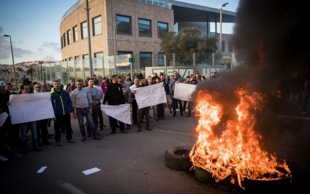 Les employés manifestent devant le siège de Teva à Jérusalem contre le plan de licenciement de plusieurs centaines de personnes, le 17 décembre 2017 (Crédit : Yonatan Sindel/Flash90)