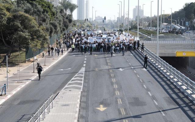 Les employés de l'entreprise Teva protestent contre le licenciement prévu de centaines d'employés à Petah Tikva le 17 décembre 2017 (Crédit : Tomer Neuberg/Flash90)