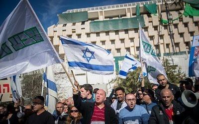 Les employés de Teva manifestent devant le bureau du Premier ministre à Jérusalem contre le plan de licenciement de plusieurs centaines de personnes, le 17 décembre 2017 (Crédit : Yonatan Sindel/Flash90)