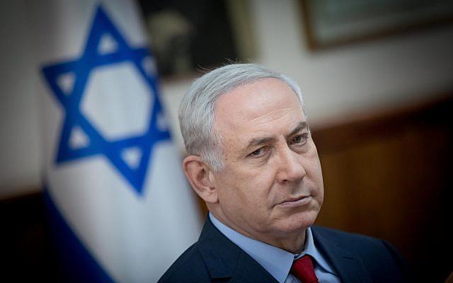 Le Premier ministre Benjamin Netanyahu lors de la réunion hebdomadaire du gouvernement au bureau du Premier ministre à Jérusalem, le 17 décembre 2017. (Crédit : Yonatan Sindel / Flash90)