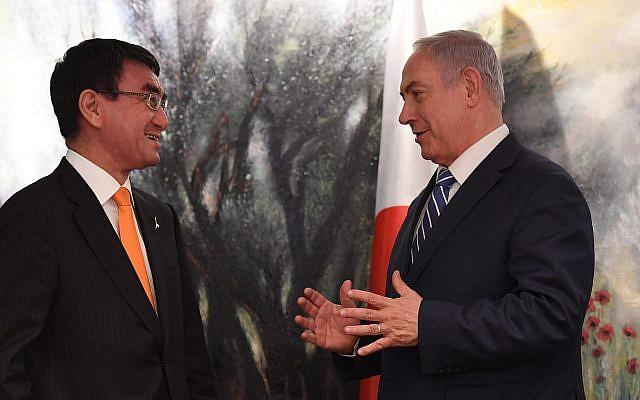 Le Premier ministre Benjamin Netanyahu et le ministre des Affaires étrangères japonais Taro Kono, à Jérusalem, le 25 décembre 2017. (Crédit : Kobi Gideo/GPO)