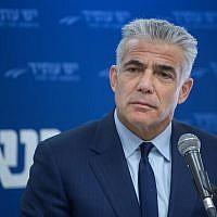 Yair Lapid, leader du parti Yesh Atid, prend la parole lors d'une réunion à la Knesset le 25 décembre 2017. (Crédit : Miriam Alster / Flash90)