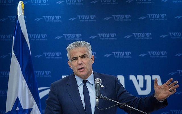 Le président du parti Yesh Atid, Yair Lapid, préside une réunion de la faction à la Knesset le 25 décembre 2017. (Crédit : Miriam Alster / Flash90)
