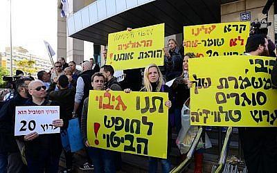 Les employés de Channel 20 ont manifesté devant les bâtiments du gouvernement à Tel Aviv contre la menace de fermeture de la chaîne, le 25 décembre 2017. (Tomer Neuberg/Flash90)