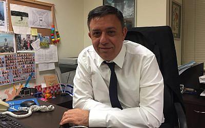 Le président du part Travailliste Avi Gabbay dans son bureau de la Knesset, le 25 décembre 2017 (Crédit : Equipe du Times of Israel)