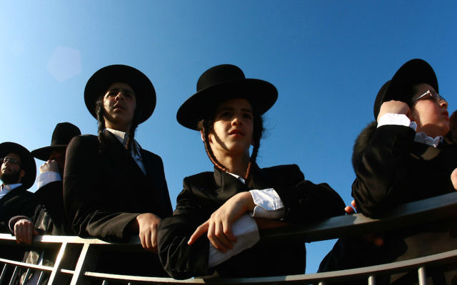 Jeunes hommes ultra-orthodoxes (Haredi) (Crédit : Rishwanth Jayapaul/Flash90)