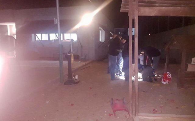 La police a trouvé une roquette lancée par Gaza à l'intérieur d'un jardin d'enfants dans la ville israélienne de Sdérot, dans le sud du pays, le 9 décembre 2017 (Crédit : Police israélienne)