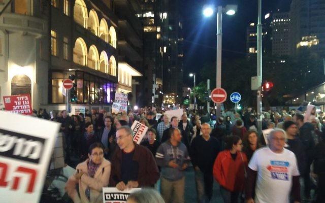 Des milliers de personnes défilent à Tel Aviv pour protester contre le Premier ministre Benjamin Netanyahu impliqué dans deux enquêtes de corruption, le 16 décembre 2017 (Crédit : Raoul Wootliff / Times of Israel)