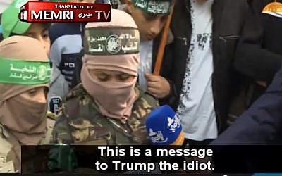 Un jeune garçon insulte le président américain Donald Trump et menace Israël lors d'un rassemblement du Hamas à Gaza, en décembre 2017 (Crédit : Capture d'écran: vidéo MEMRI)
