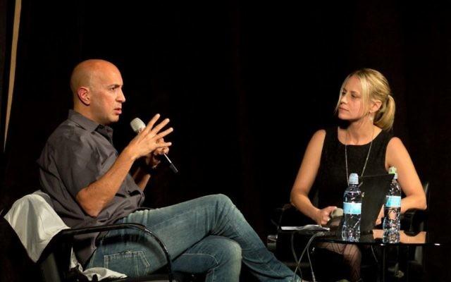 """Avi Issacharoff (à gauche), le créateur de """"Fauda"""", parle avec Sarah Tuttle-Singer à l'événement du Times of Israel, le 3 décembre 2017 à Jérusalem (Crédit : Beit Avi Chai)"""