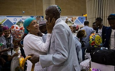 Les membres d'une famille s'embrassent à l'aéroport Ben Gurion alors que 72 nouveaux immigrants d'Éthiopie arrivent le 6 juin 2017 (Miriam Alster / Flash90)