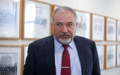 Le ministre de la Défense, Avigdor Liberman, au conseil des ministres hebdomadaire dans le bureau du Premier ministre à Jérusalem, 3 décembre 2017 (Crédit : Marc Israel Sellem/POOL)
