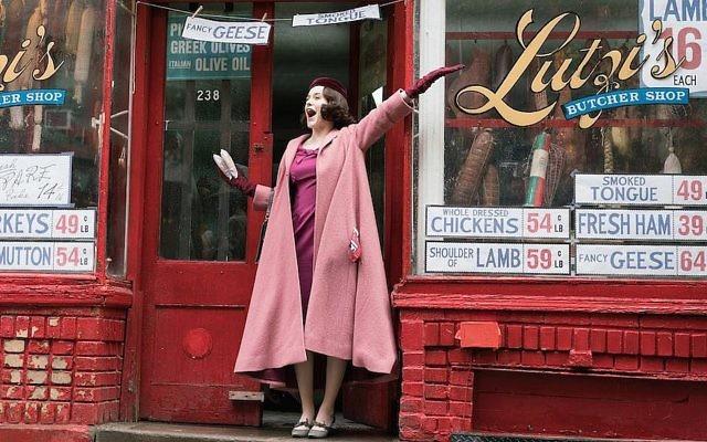 """Rachel Brosnahan dans le rôle de Miriam """"Midge"""" Maisel, le personnage éponyme de la série """"The Marvelous Mrs. Maisel"""". (Crédit : Amazon Studios via JTA)"""