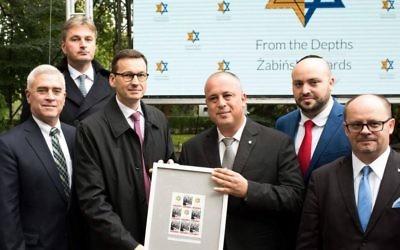 Mateusz Morawiecki, troisième à partir de la gauche, au zoo de Varsovie, tenant un document honorant les sauveteurs des Juifs, le18 septembre 2017. (Crédit : From the Depths)